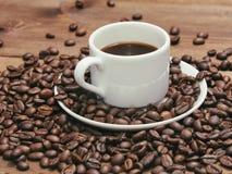 Μαύρος καφές στην άσπρα κούπα και τα σιτάρια Στοκ εικόνες με δικαίωμα ελεύθερης χρήσης