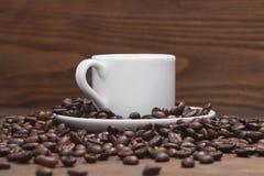 Μαύρος καφές στην άσπρα κούπα και τα σιτάρια Στοκ Φωτογραφία