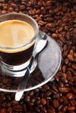 Μαύρος καφές στην ανασκόπηση των φασολιών καφέ Στοκ Φωτογραφία