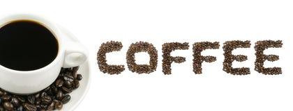 Μαύρος καφές στον άσπρο ΚΑΦΕ κειμένων κοσμητόρων φλυτζανιών και καφέ που απομονώνεται στο λευκό Στοκ εικόνα με δικαίωμα ελεύθερης χρήσης
