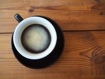 Μαύρος καφές στον ξύλινο πίνακα στοκ εικόνες