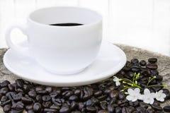 Μαύρος καφές στο άσπρο φλυτζάνι Στοκ Εικόνες