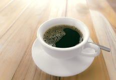 Μαύρος καφές στο αγροτικό ξύλινο υπόβαθρο Στοκ εικόνα με δικαίωμα ελεύθερης χρήσης