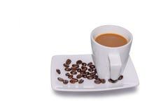 Μαύρος καφές στο φλυτζάνι γυαλιού και φασόλια σε ένα άσπρο υπόβαθρο Στοκ φωτογραφία με δικαίωμα ελεύθερης χρήσης