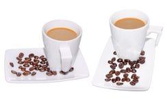 Μαύρος καφές στο φλυτζάνι γυαλιού και φασόλια σε ένα άσπρο υπόβαθρο Στοκ φωτογραφίες με δικαίωμα ελεύθερης χρήσης
