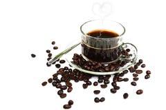 Μαύρος καφές στο φλυτζάνι γυαλιού και φασόλια σε ένα άσπρο υπόβαθρο Στοκ εικόνες με δικαίωμα ελεύθερης χρήσης