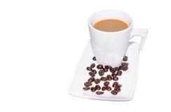Μαύρος καφές στο φλυτζάνι γυαλιού και φασόλια σε ένα άσπρο υπόβαθρο Μαύρος καφές στο φλυτζάνι γυαλιού και φασόλια σε ένα άσπρο υπ Στοκ Φωτογραφίες