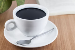 Μαύρος καφές στο φλυτζάνι καφέ Στοκ Εικόνες