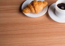 μαύρος καφές croissant Στοκ Εικόνες