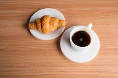 μαύρος καφές croissant Στοκ εικόνες με δικαίωμα ελεύθερης χρήσης