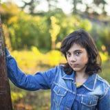 Μαύρος-μαλλιαρό κορίτσι εφήβων στο σακάκι τζιν Στοκ φωτογραφία με δικαίωμα ελεύθερης χρήσης