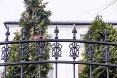Μαύρος μεταλλικός σφυρηλατημένος φράκτης στον κήπο με τις ακίδες Στοκ φωτογραφία με δικαίωμα ελεύθερης χρήσης