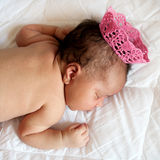 Μαύρος νεογέννητος ύπνος πριγκηπισσών μωρών στοκ φωτογραφία
