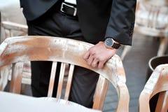Μαύρος νεόνυμφος κοστουμιών με το χέρι και wristwatch Στοκ Εικόνα
