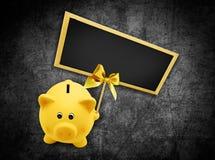 Μαύρος πίνακας έννοιας πώλησης Παρασκευής και piggy τράπεζα με χρυσό Στοκ εικόνες με δικαίωμα ελεύθερης χρήσης