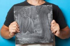 Μαύρος πίνακας κιμωλίας στα χέρια, επιτροπή καρτών σημαδιών, επιχειρησιακός πίνακας για τη διαφήμιση στοκ εικόνες