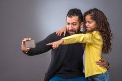 Μαύρος πατέρας που παίρνει selfies με την κόρη του Στοκ εικόνα με δικαίωμα ελεύθερης χρήσης