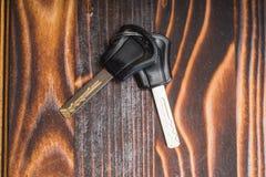 Μαύρος πλαστικός κάτοχος μορίων κλειδιών στον ξύλινο πίνακα στοκ φωτογραφία με δικαίωμα ελεύθερης χρήσης