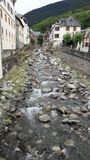 Μαύρος ποταμός Nere Arriu στο πέρασμά του για Vielha σε μια θερινή ημέρα Κοιλάδα Aran, Lleida, Καταλωνία, Ισπανία Στοκ Εικόνες