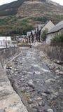 Μαύρος ποταμός Nere Arriu στο πέρασμά του για Vielha σε μια θερινή ημέρα Κοιλάδα Aran, Lleida, Καταλωνία, Ισπανία Στοκ φωτογραφίες με δικαίωμα ελεύθερης χρήσης