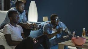 Μαύρος που έχει τη διασκέδαση με videogame στο σπίτι Στοκ Εικόνα