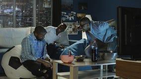 Μαύρος που έχει τη διασκέδαση με videogame στο σπίτι Στοκ εικόνες με δικαίωμα ελεύθερης χρήσης