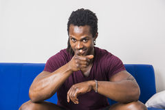 Μαύρος που δείχνει το δάχτυλο τη κάμερα με το χαμόγελο Στοκ Εικόνες