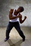 Μαύρος που εκτελεί τη χορογραφία χορού χιπ χοπ στοκ εικόνα