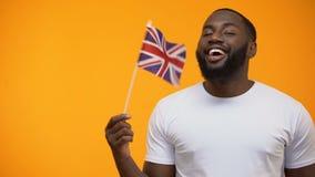 Μαύρος που κρατά τη βρετανική σημαία, διεθνής φιλία, πολιτική υποστήριξη απόθεμα βίντεο