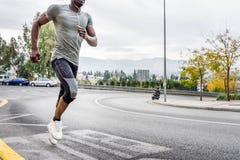 Μαύρος που τρέχει υπαίθρια στον αστικό δρόμο Στοκ εικόνα με δικαίωμα ελεύθερης χρήσης