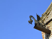 Μαύρος δράκος κάτω από τη στέγη Στοκ Εικόνες