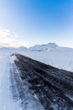 Μαύρος δρόμος μέσω του χιονιού Στοκ φωτογραφία με δικαίωμα ελεύθερης χρήσης