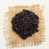 Μαύρος σπόρος ρυζιού Κλείστε επάνω των σιταριών πέρα από burlap Στοκ Εικόνες