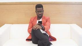 Μαύρος στη αίθουσα αναμονής για τη συνέντευξη εργασίας φιλμ μικρού μήκους