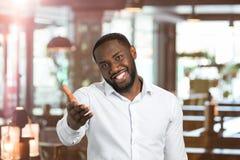 Μαύρος στο πουκάμισο που δείχνει το χέρι κατ' ευθείαν Στοκ Εικόνα
