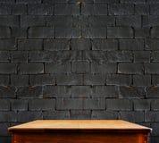 Μαύρος τουβλότοιχος και ξύλινος πίνακας, υπόβαθρο προοπτικής Στοκ φωτογραφία με δικαίωμα ελεύθερης χρήσης