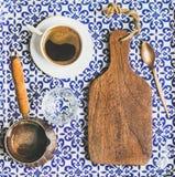 Μαύρος τουρκικός ή ανατολικός καφές ύφους στο φλυτζάνι και cezve Στοκ φωτογραφία με δικαίωμα ελεύθερης χρήσης