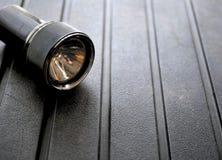 Μαύρος φακός στο τραχύ υπόβαθρο στοκ εικόνες με δικαίωμα ελεύθερης χρήσης