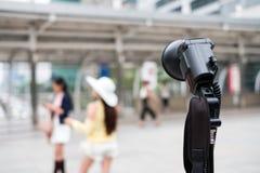Μαύρος φακός φωτογραφικός με τη θολωμένη νέα γυναίκα πρότυπο pos στοκ φωτογραφίες με δικαίωμα ελεύθερης χρήσης