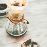 Μαύρος φιλτραρισμένος καφές πρωινού σε Chemex, τετραγωνική συγκομιδή στοκ φωτογραφία με δικαίωμα ελεύθερης χρήσης