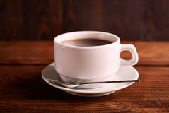 Μαύρος, φυσικός, ευώδης καφές στο διαφανές φλυτζάνι σε ένα μαύρο υπόβαθρο στοκ φωτογραφίες με δικαίωμα ελεύθερης χρήσης