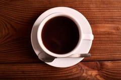 Μαύρος, φυσικός, ευώδης καφές στο διαφανές φλυτζάνι σε ένα μαύρο υπόβαθρο στοκ εικόνες