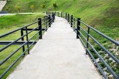 Μαύρος χάλυβας φραγμών διάβασης πεζών γεφυρών στον κήπο Στοκ εικόνα με δικαίωμα ελεύθερης χρήσης