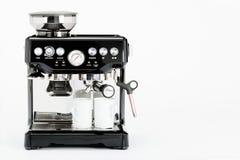 Μαύρος χειρωνακτικός κατασκευαστής καφέ με τις κούπες καφέ σε ένα άσπρο υπόβαθρο, μπροστινή άποψη στοκ εικόνα με δικαίωμα ελεύθερης χρήσης