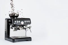Μαύρος χειρωνακτικός κατασκευαστής καφέ με το μύλο και μειωμένα φασόλια καφέ στο άσπρο υπόβαθρο, πλάγια όψη στοκ εικόνες