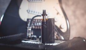 Μαύρος ψεκαστήρας στον καπνό Στοκ Εικόνες