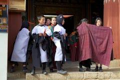 Μαύρος-necked χορευτές γερανών στο μοναστήρι Gangtey, Gangteng, Μπουτάν Στοκ φωτογραφία με δικαίωμα ελεύθερης χρήσης