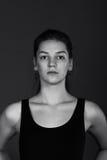 Μαύρο άσπρο πορτρέτο της νέας γυναίκας Πρότυπος πυροβολισμός Στοκ Φωτογραφία