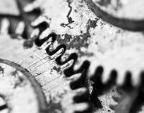 Μαύρο άσπρο υπόβαθρο με cogwheels μετάλλων ένας παλαιός μηχανισμός Στοκ φωτογραφίες με δικαίωμα ελεύθερης χρήσης
