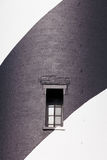 Μαύρο άσπρο χρωματισμένο παράθυρο φάρων τουβλότοιχος στοκ εικόνες με δικαίωμα ελεύθερης χρήσης